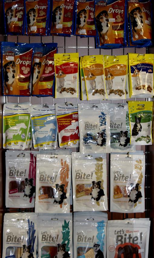 877fd342ecba4a Przysmaki dla psów służą jedynie urozmaiceniu jadłospisu. Jego podstawą  jest karma dla psa.